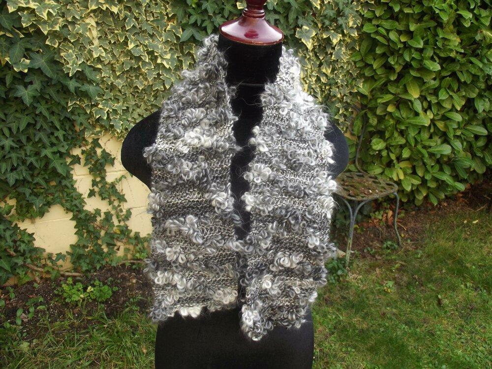 écharpe au crochet en camaieux de gris