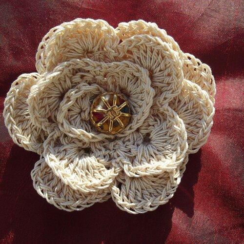 Jolie broche en coton naturel au crochet