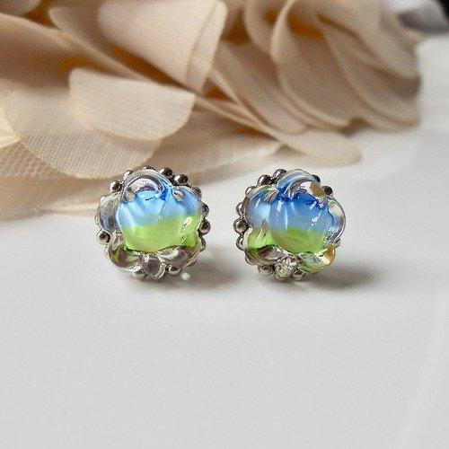 Boucles puces d'oreilles à délicats petits cabochons anciens «roses» en verre pressé à reliefs transparent, bleu et vert & acier