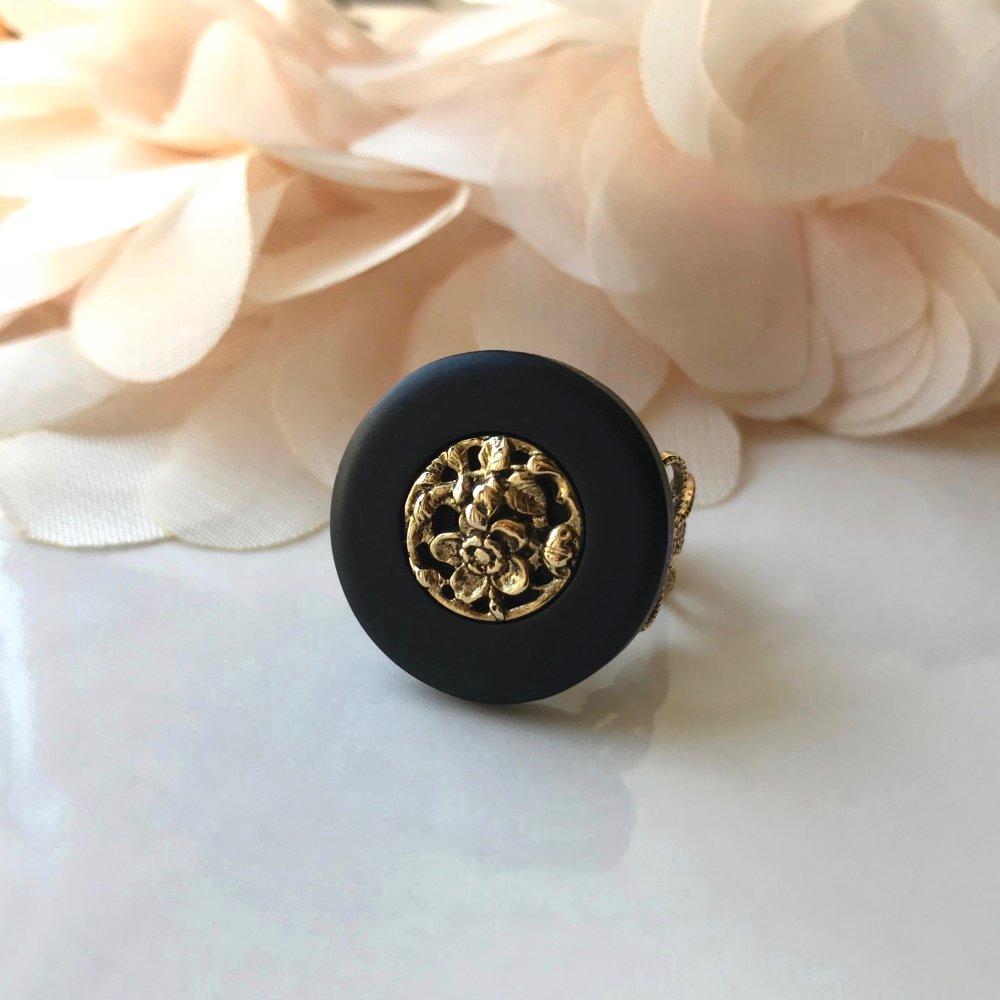 Bague Anneau Filigrané Ajustable Doré Antique à Cabochon Circulaire Noir en Acrylique, Incrusté d'un Joli Décor Floral Ajouré et Doré