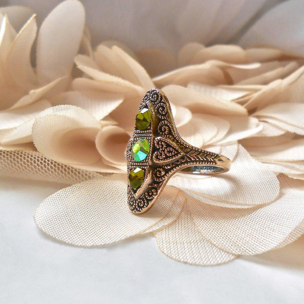 Bague Rétro Vintage Ovale Esprit Marquise Stylisée en Laiton Brut à Reliefs Antiqué Bronze & Strass de Cristal Swarovski Verts Taille 61