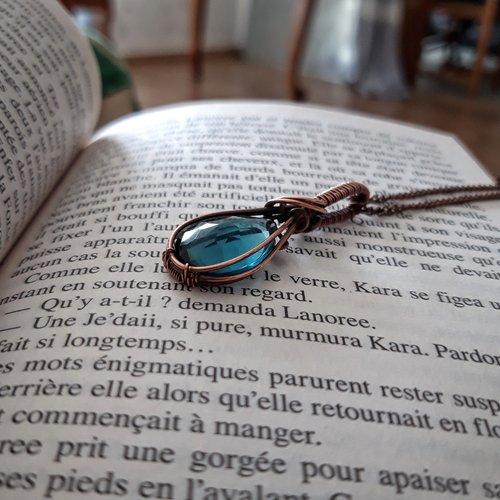 Pendentif en cuivre fait à la main avec quartz bleue londres.