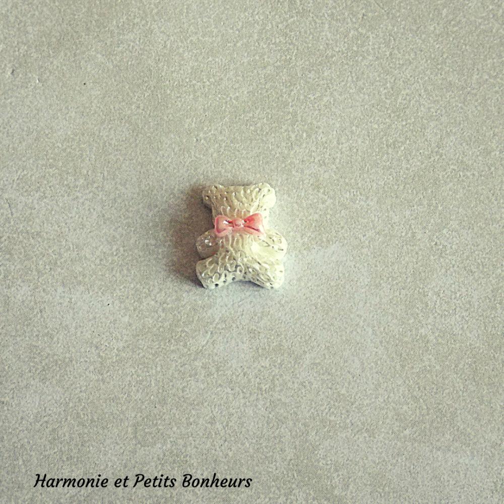 Cabochon en résine en forme de petit ourson coloris blanc
