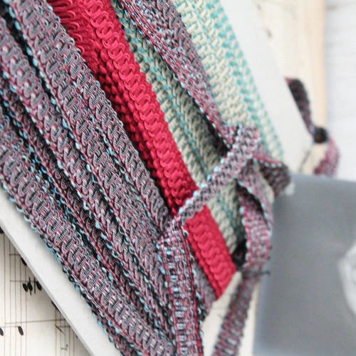 Lézarde guipure violette de 1.2 cm de largeur, de la marque houles france - galon passementerie vintage - galon luxe - galon tapissier, 162