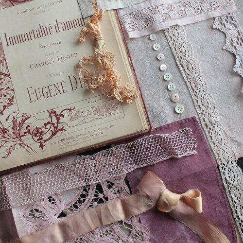 Lin et dentelle ancienne en teinture végétale,junk journal,ruban de soie,boutons de nacre,lin teint,illustration de fleurs,2069