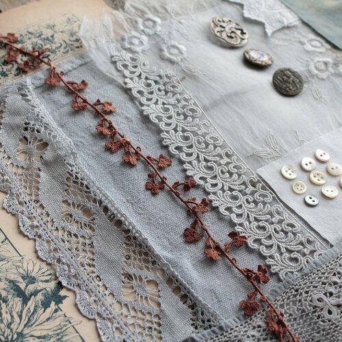 Kit créatif en teinture végétale, dentelle ancienne, soie ancienne tamponnée, boutons de nacre, lin teint, illustration de fleurs, 2069