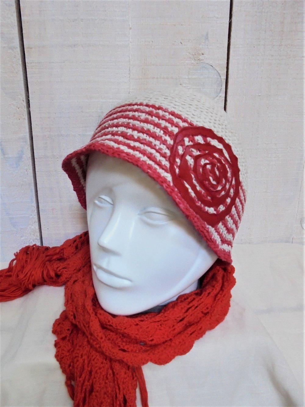 Bonnet Cloche rayé rouge sur écru, rose rouge