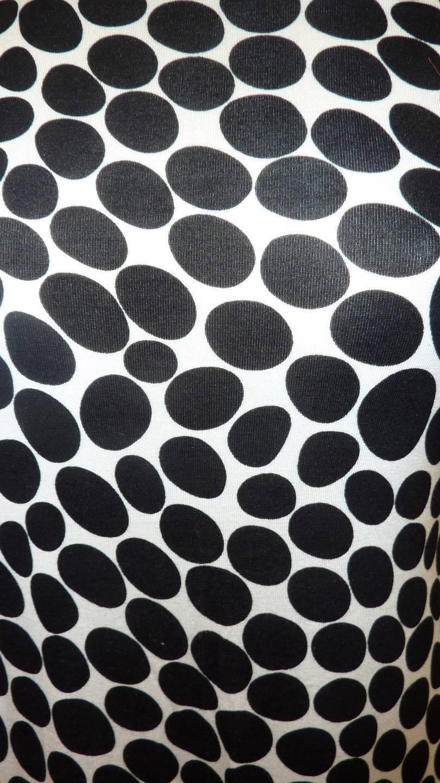 Tissu à poix noir sur fond blanc