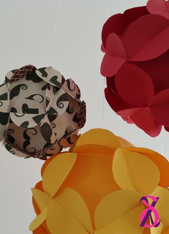 Mobile décoratif de 4 boules 3D (rouge, jaune, moustache)