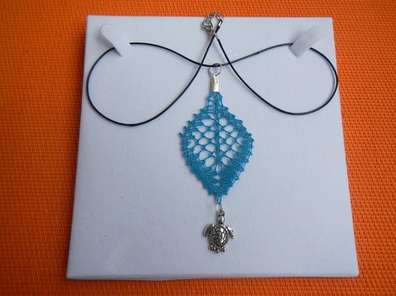 pendentif dentelle aux fuseaux bleu