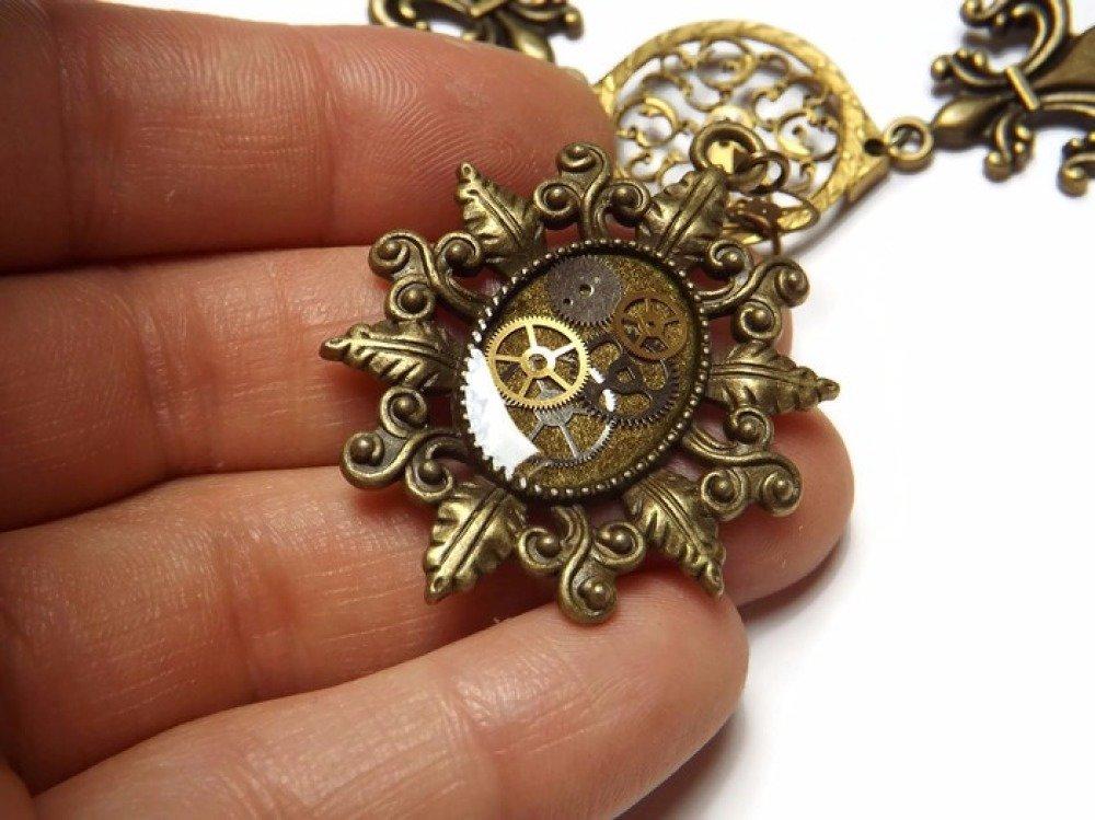 """Collier ras de cou steampunk victorien, résine et coq de montre, """"Lys et rouages"""""""