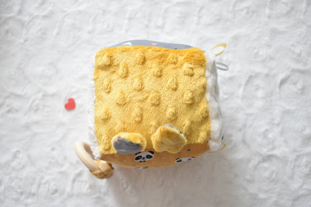 Cube d'éveil sensoriel avec tissus Certifié OEKO-TEX®, cadeau de naissance, pandas curry