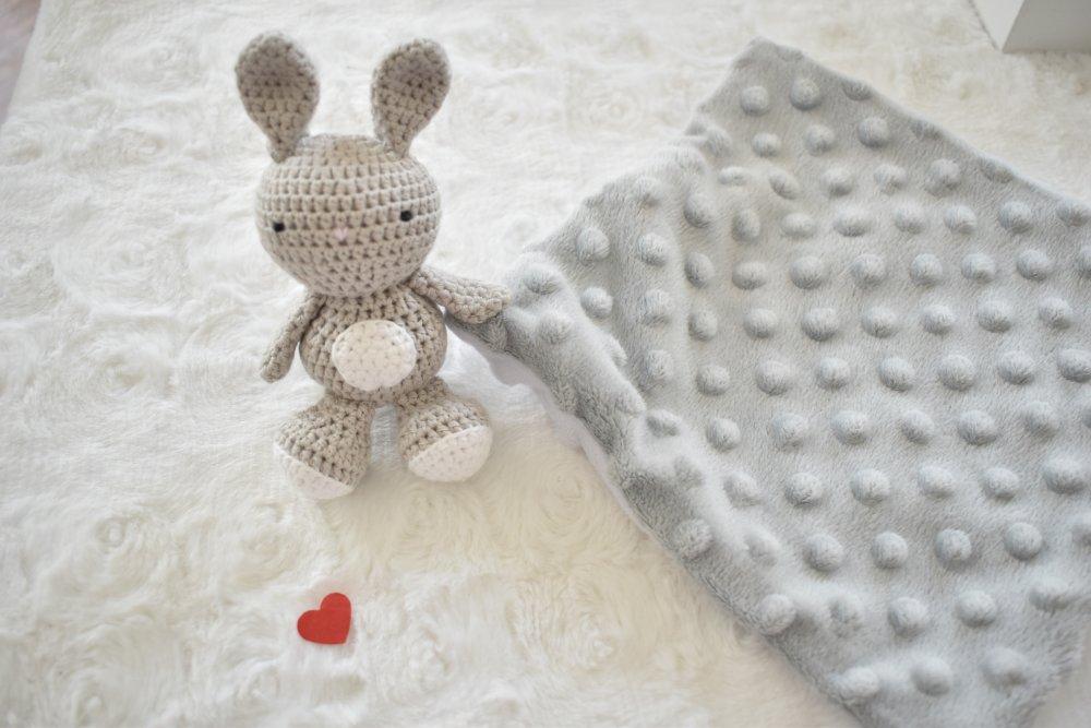 Doudou plat Lapin coton BIO gris, peluche lapin,fait main, cadeau naissance,séance photo naissance