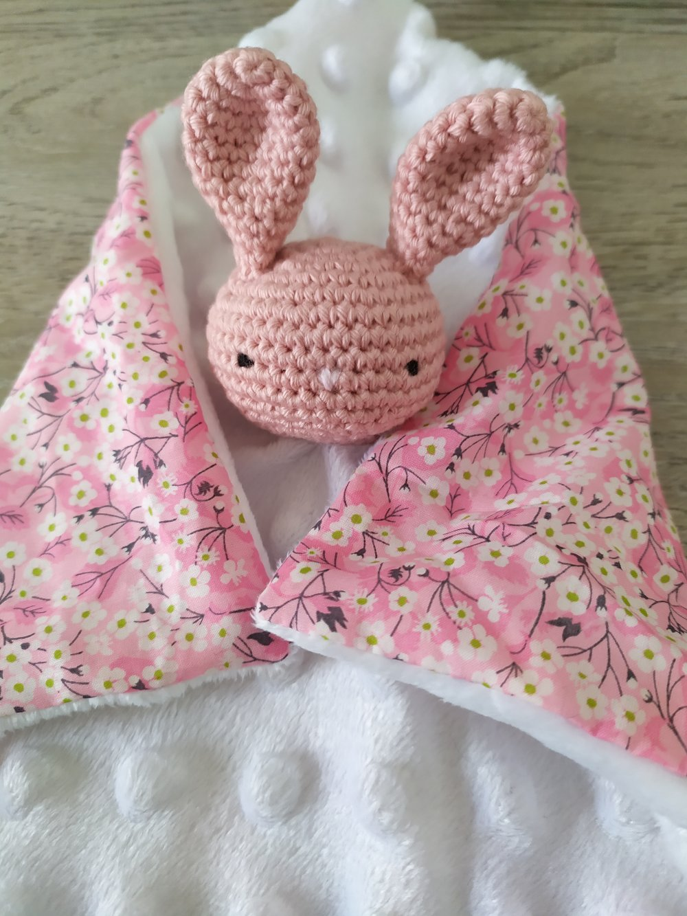 Doudou plat Lapin blanc et fleurs Liberty® en coton bio, peluche lapin,fait main, peluche, cadeau naissance, batpeme,