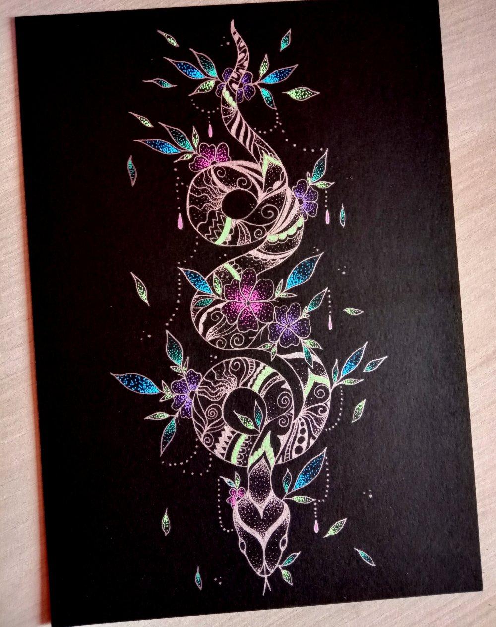 Dessin original, format A4, serpent argenté sur papier noir. Motifs zentangle.