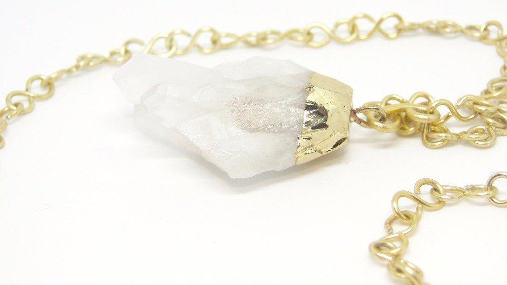 collier pendentif et cristal de roche brut