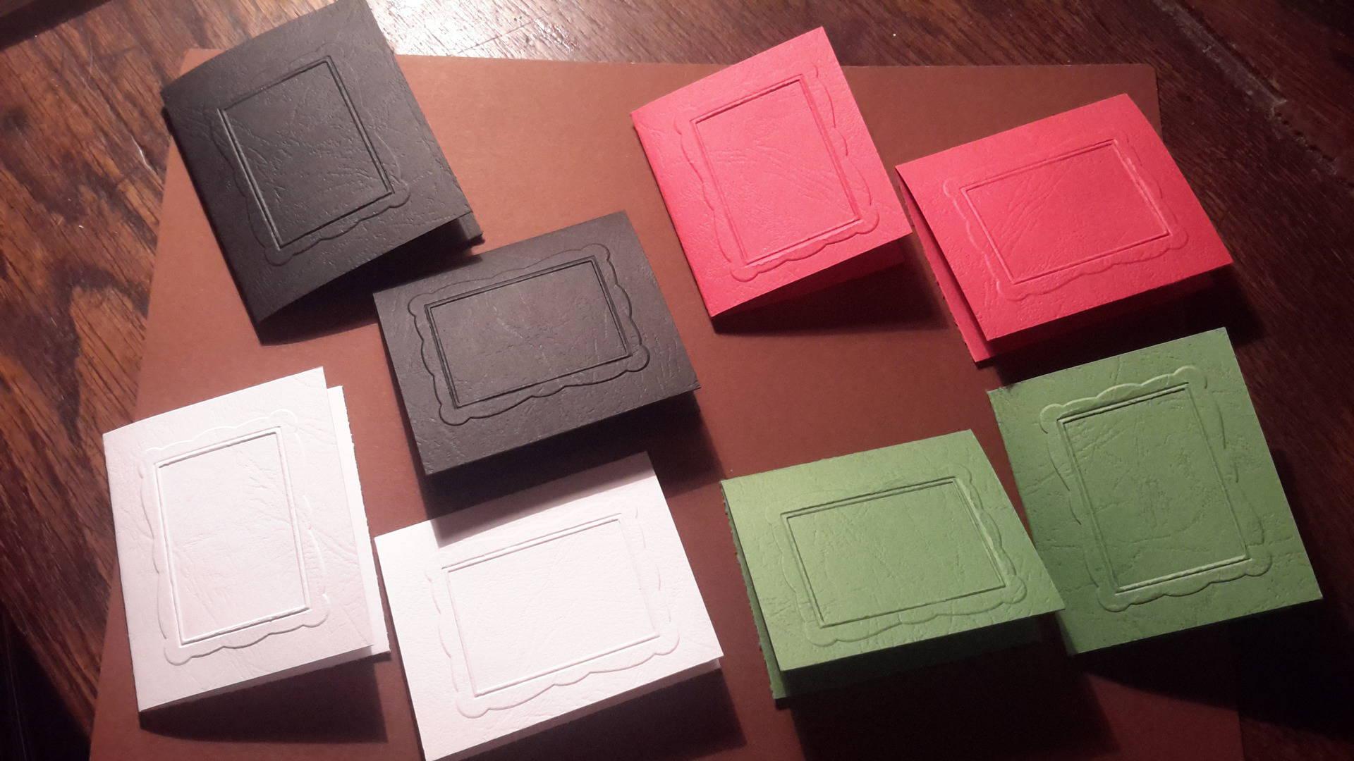 Lot de 8 petites cartes doubles embossées  avec un cadre rectangulaire . Pour créations de cartes