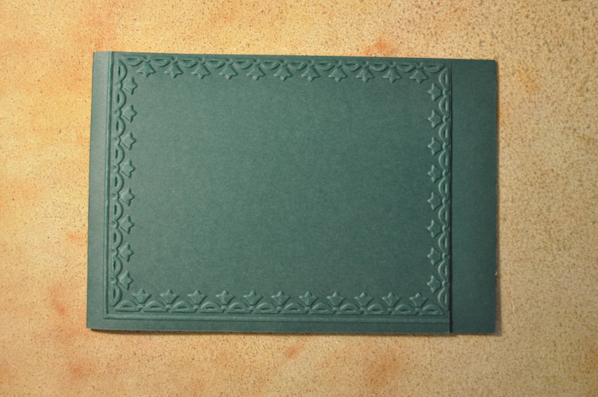 Carte double pour vos créations, cadre embossé petite frise fleurs, rectangulaire vert foncé. Carterie, scrap