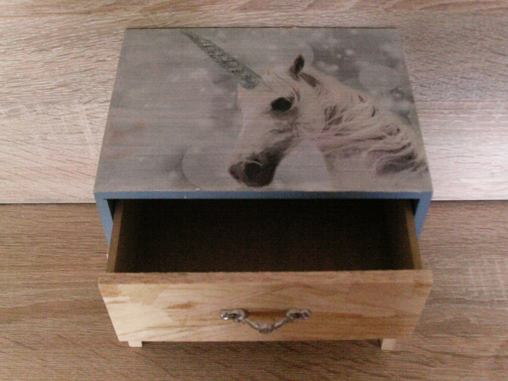 boîte à bijoux fille originale, avec tiroirs, déco licorne