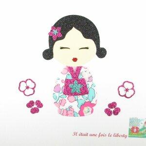 motif thermocollant poupée japonaise en tissu coloris rouge