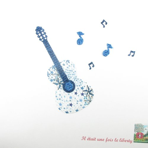 Appliqué thermocollant guitare réalisé en tissu liberty adelajda bleu et flex pailleté