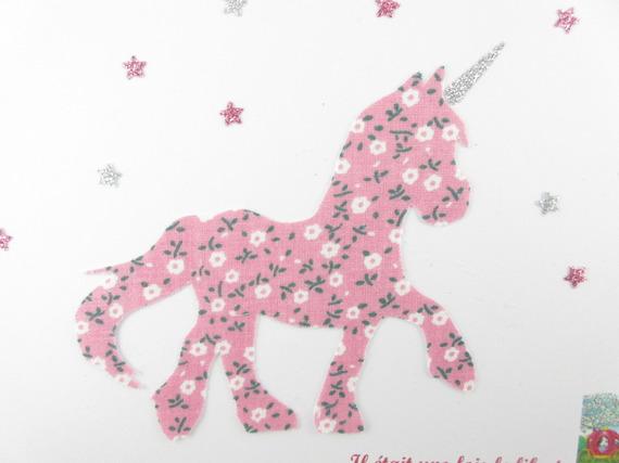 Appliqué thermocollant licorne en tissu liberty rose pâle à petites fleurs et tissu pailleté.