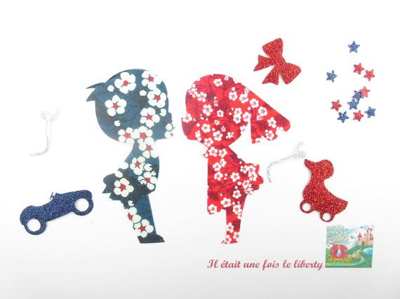 """Appliqués thermocollants petit garçon et petite fille """"Ouuu les amoureux !""""  en liberty Mitsi bleu et rouge."""