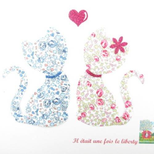 """Appliqués thermocollants chats en liberty eloïse rose et bleu, """"couple de petits chats amoureux""""."""
