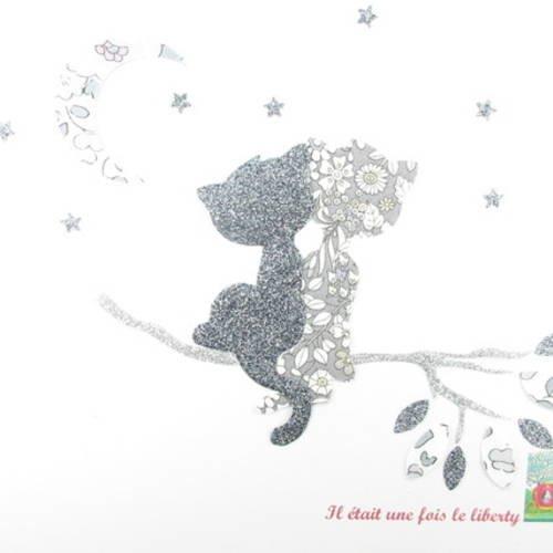 Appliqués thermocollants chats amoureux au clair de lune en tissus liberty betsy platine et june's meadow gris et flex pailletés.