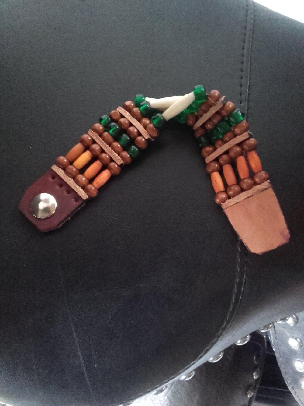 Bracelet Amérindien, 4 rangs, os et corne, perles de verre vertes, perles bois : Ref : B 258
