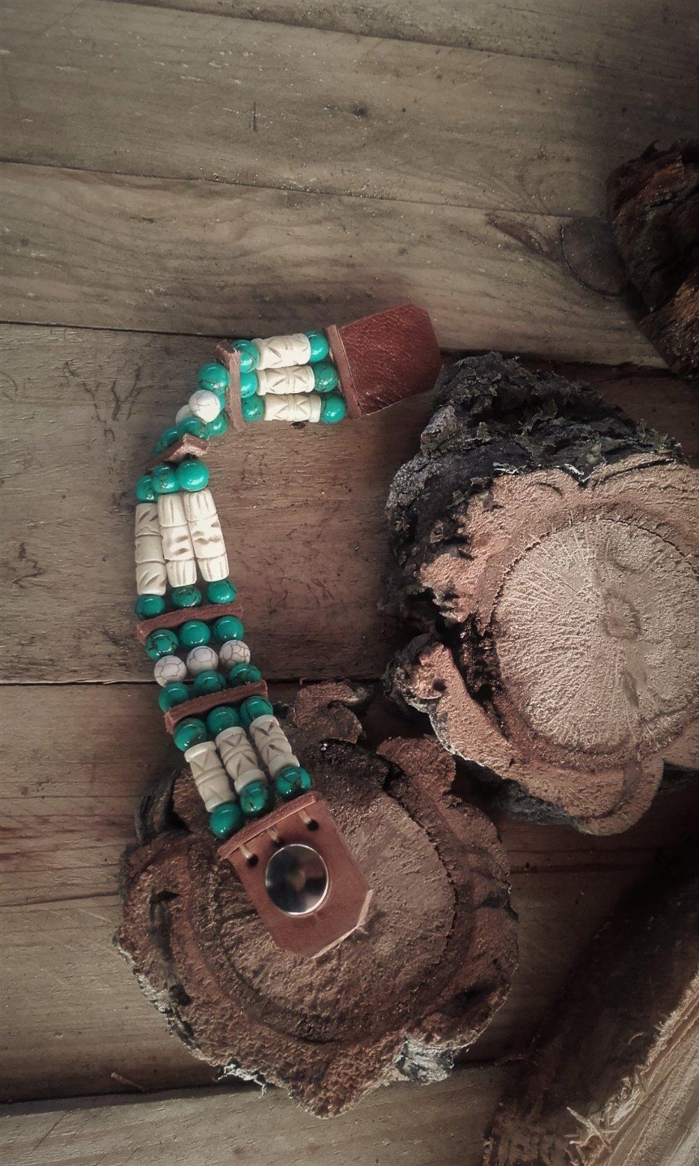 Bracelet style Amérindien os sculptés et perles howlite beige et turquoise 3 rangs  : Ref : B 45