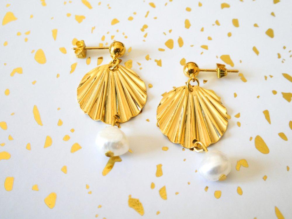 Boucles d'oreilles dorées et perle d'eau douce