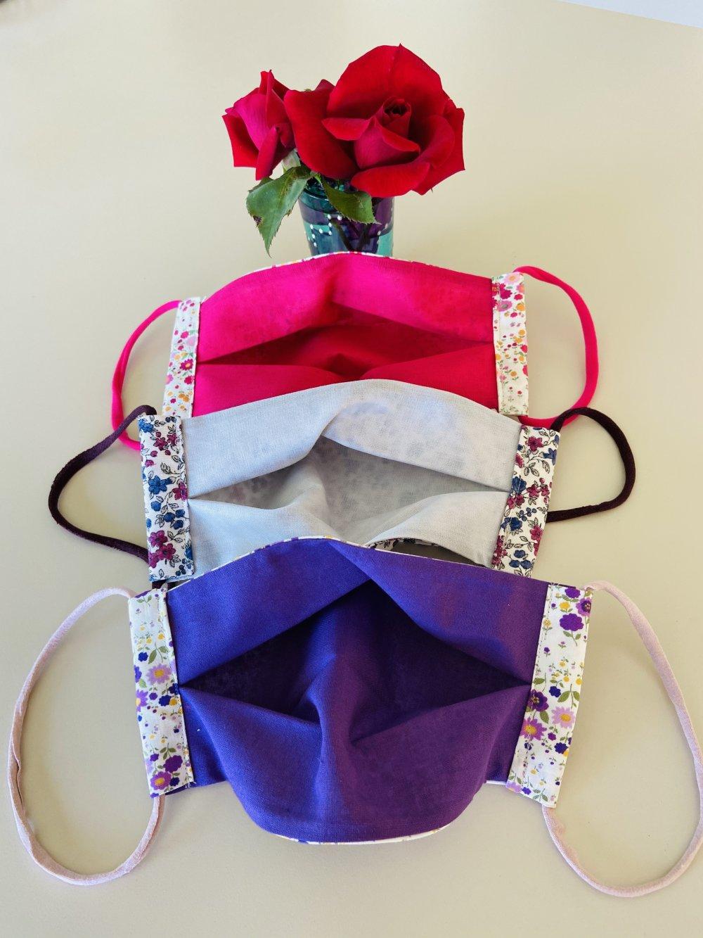Lot de 3 masques AFNOR lavables coton imprimé liberty fuschia, mauve, bleu fermés par des cordonnets élastiques oreilles