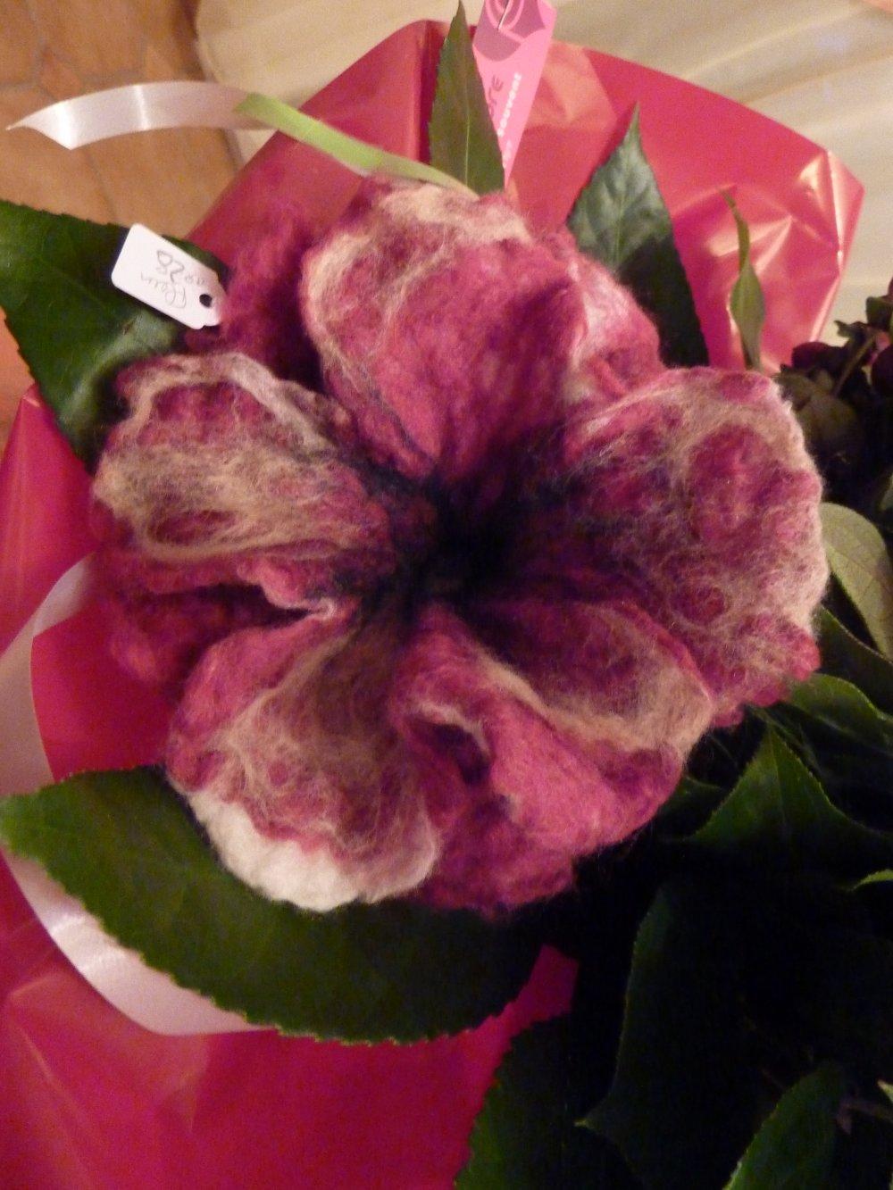 broche fleur en laine méronos feutrée main représentant un coquelicot double rose et noire