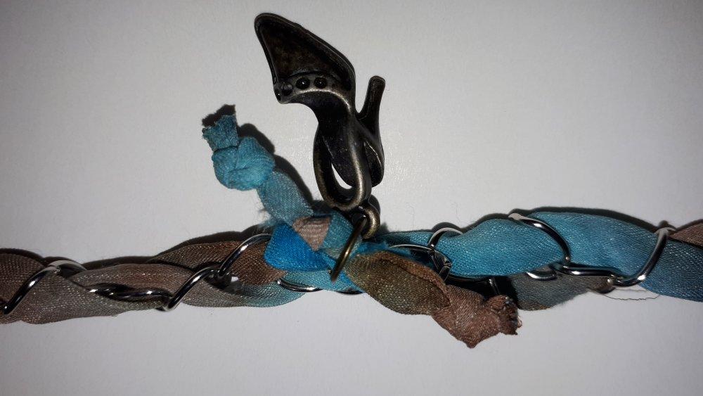 bracelet bleu et marron clair en soie française, peint main, entrelacée avec une chaine en métal argenté fait main et made in France