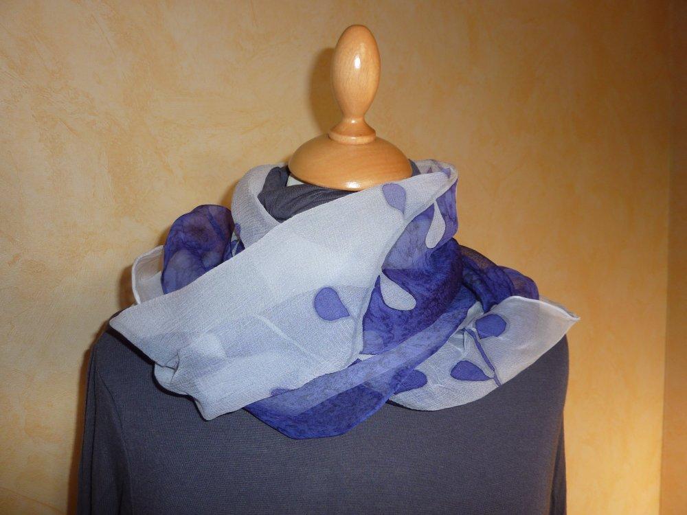 Echarpe en mousseline de soie - motif peint main - branchage blanc etviolet  bande blanche -  roulotté main - fabrication française -