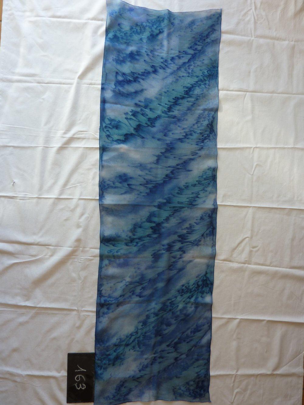 Echarpe femme en laine et soie française, peint main, représentant des nuages bleus et blancs
