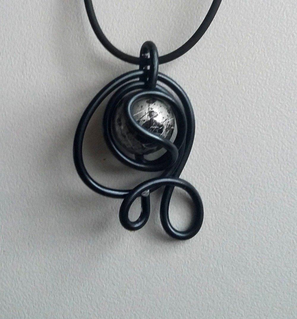Pendentif fil alu noir et perle