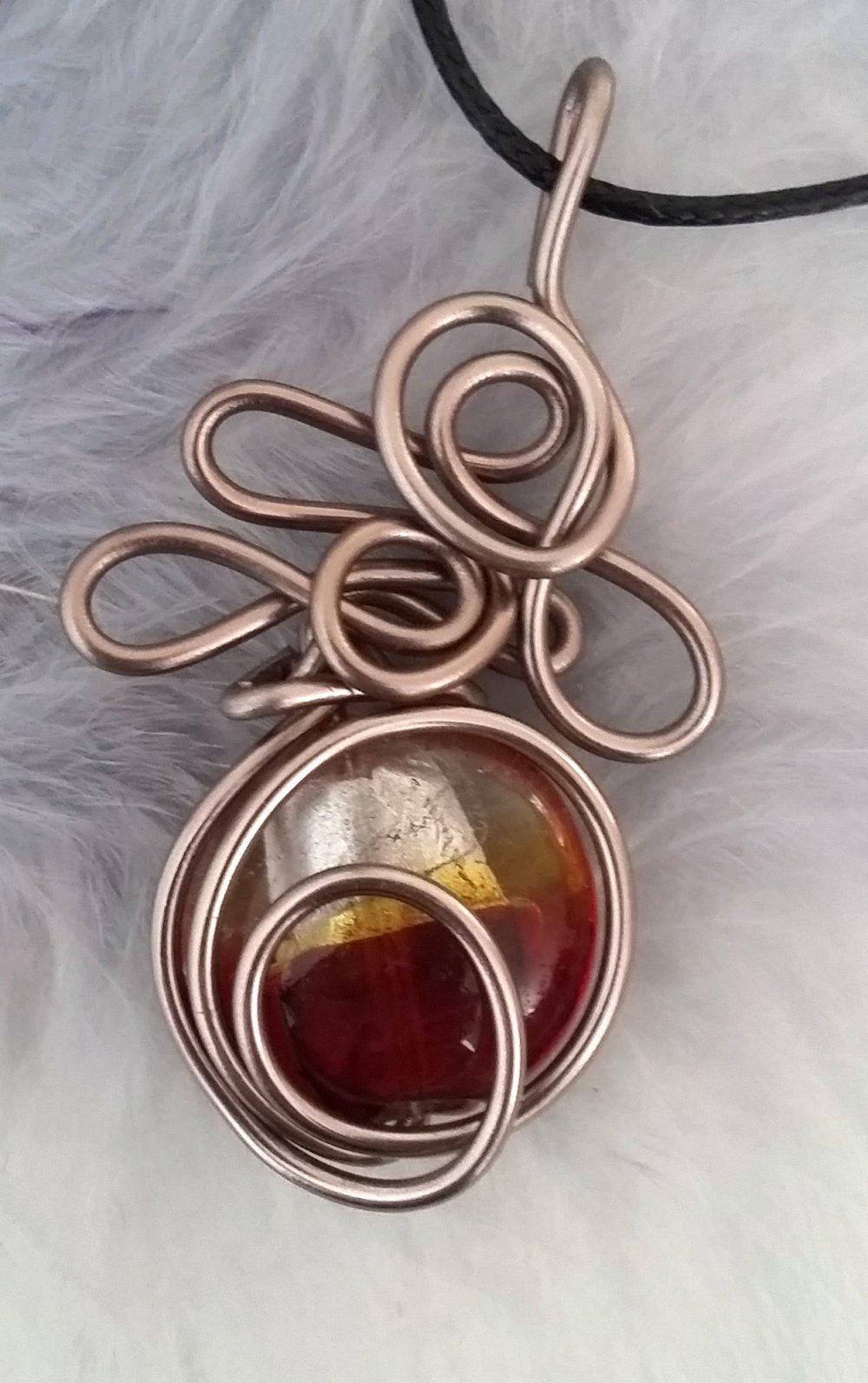Pendentif perle de verre bombée et fil aluminium