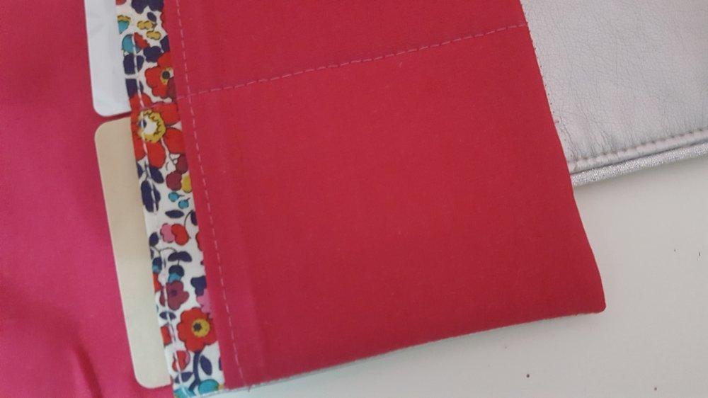 * porte-cartes simili cuir argent tissu liberty betsy rouge et bleu marine