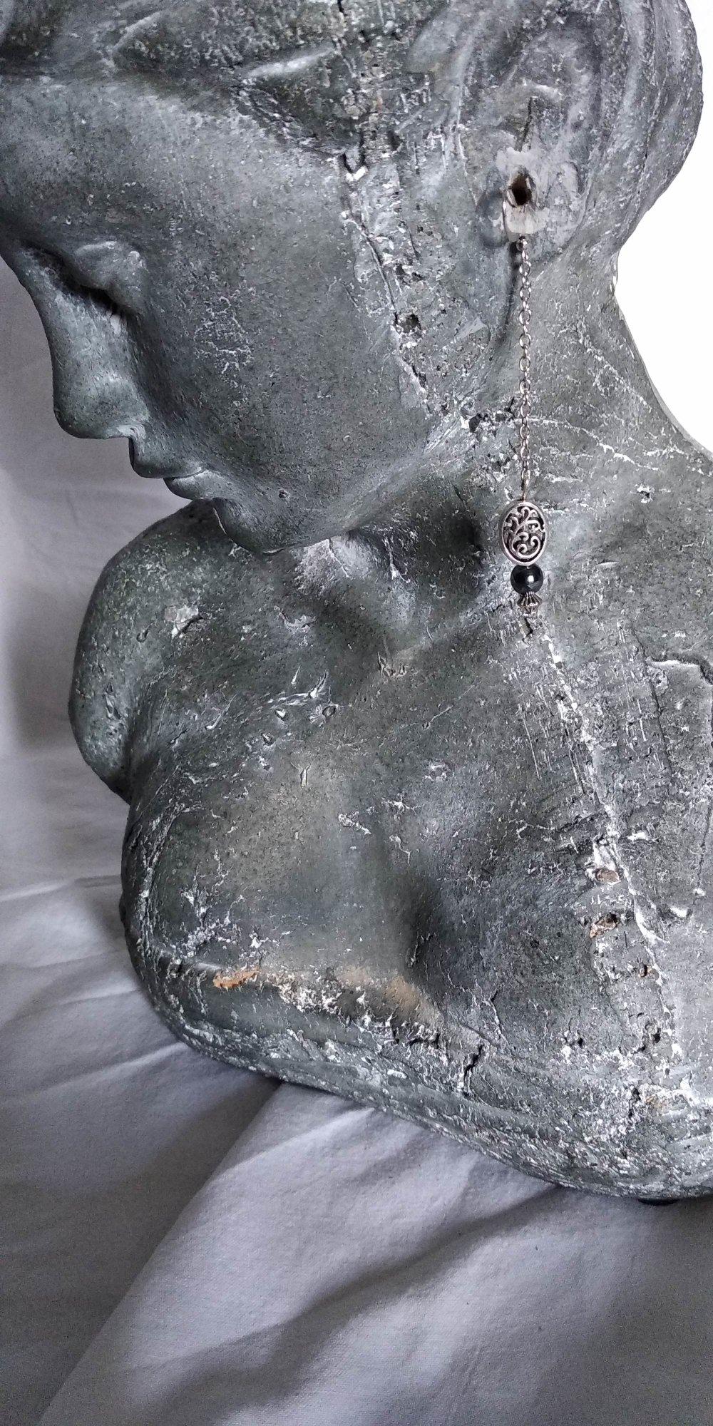 Boucle d'oreille en métal argenté et perle en verre