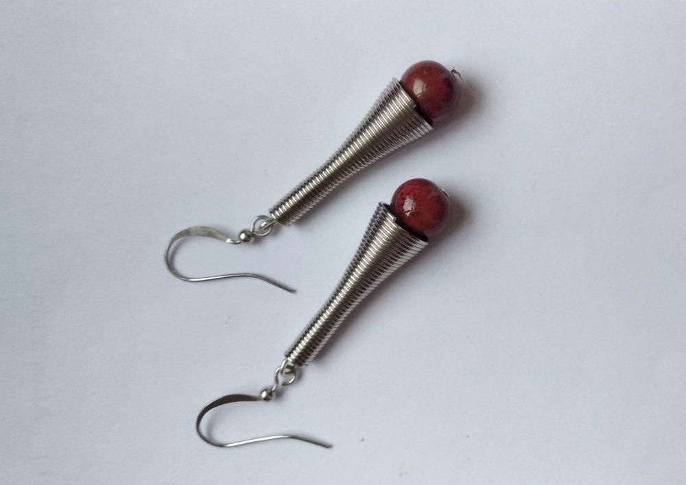 boucle d'oreille en métal avec perle céramique