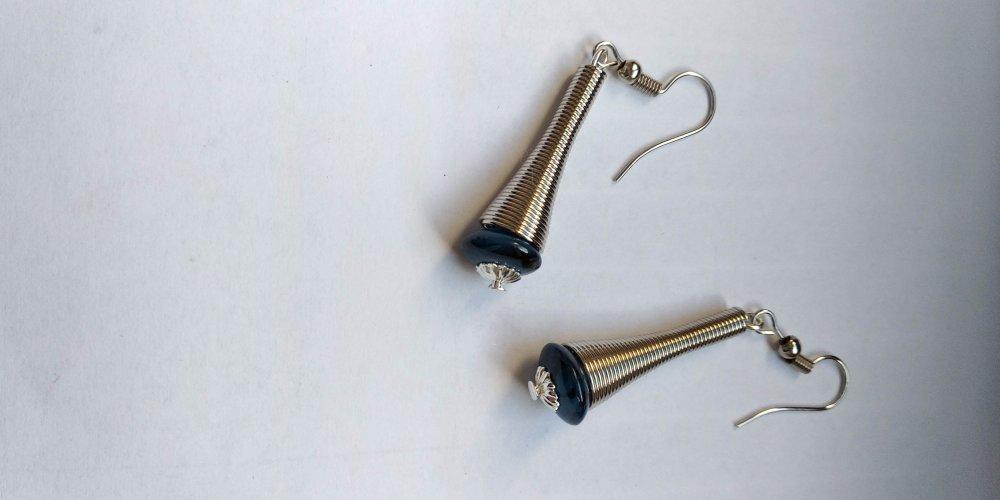 boucle d'oreille en métal avec perle en verre bleu
