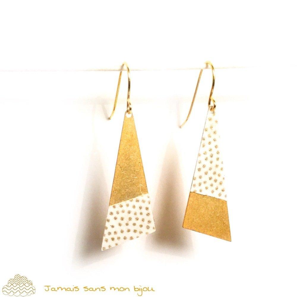Boucles d'oreille originales sequin triangle motif papier japonais pois dorés sur fond écru