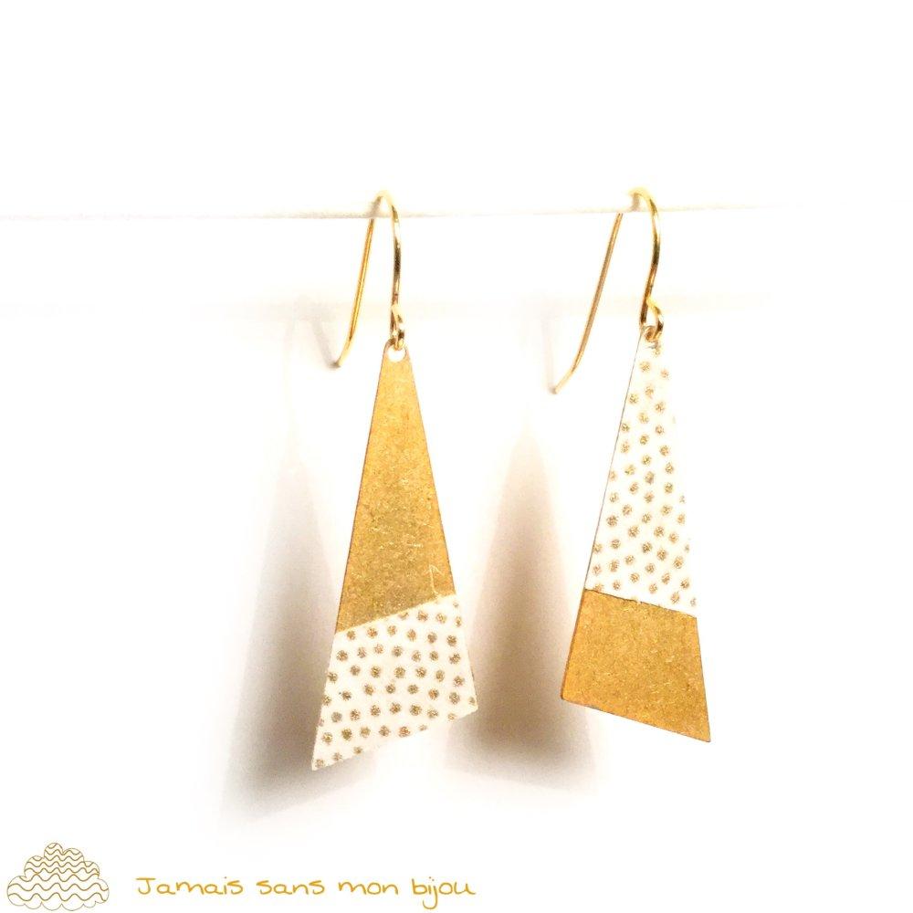 Boucles d'oreille originales pour mariage sequin triangle motif papier japonais pois dorés sur fond écru