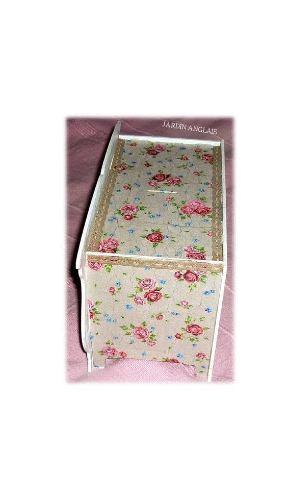 Armoirette blanche décorée de fleurettes roses