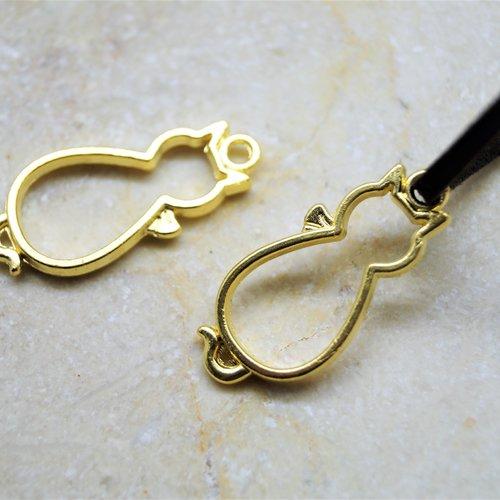 2 pendentifs chats creux en métal doré 13*28 cm