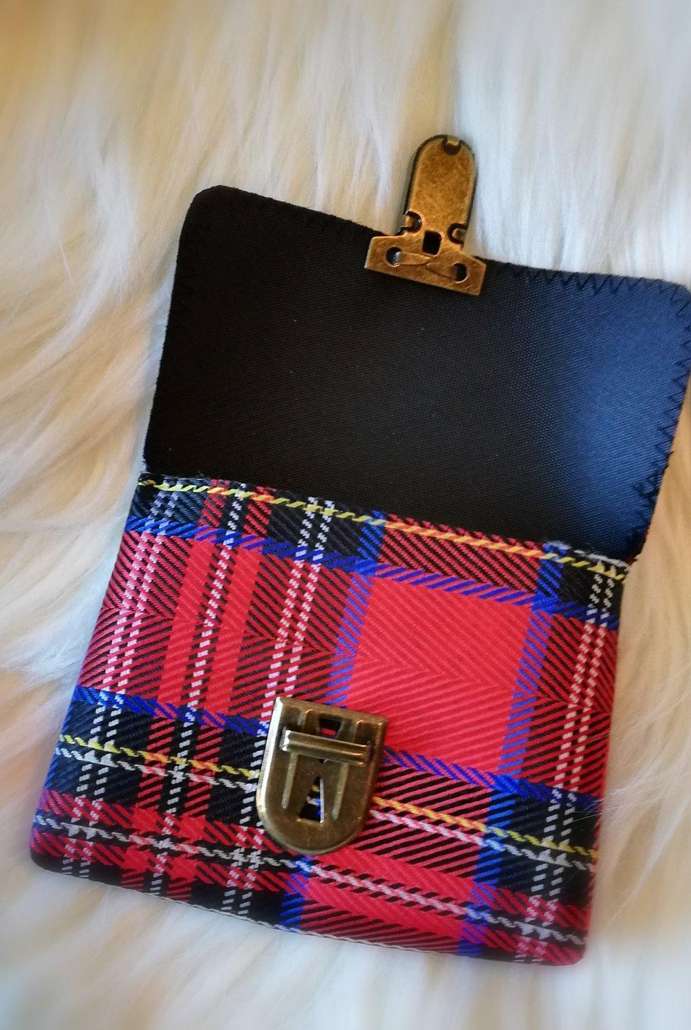 Petite pochette à carreaux écossais rouge