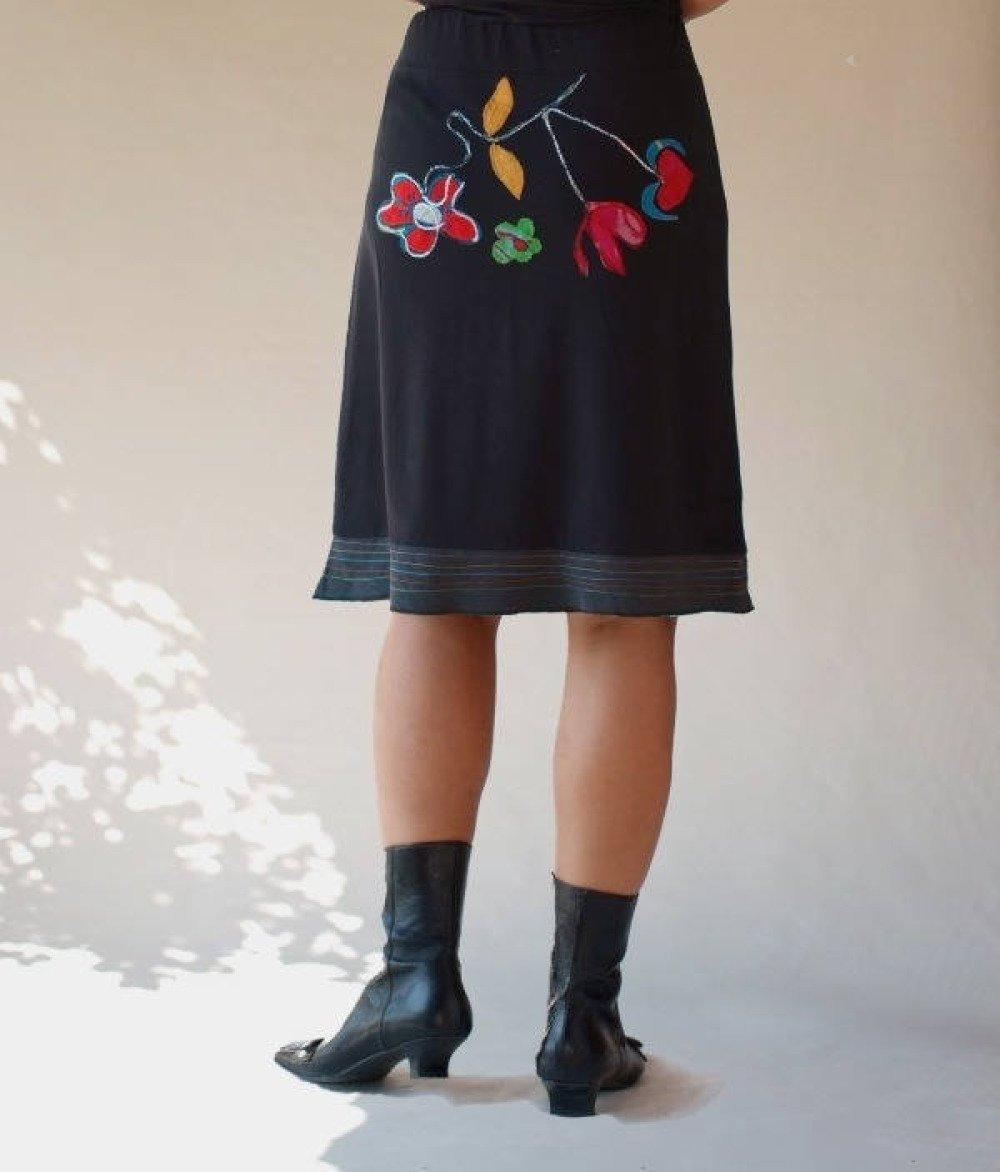 Jupe broderie en fleurs fantaisie en coton jersey noir mi-long à volants gris