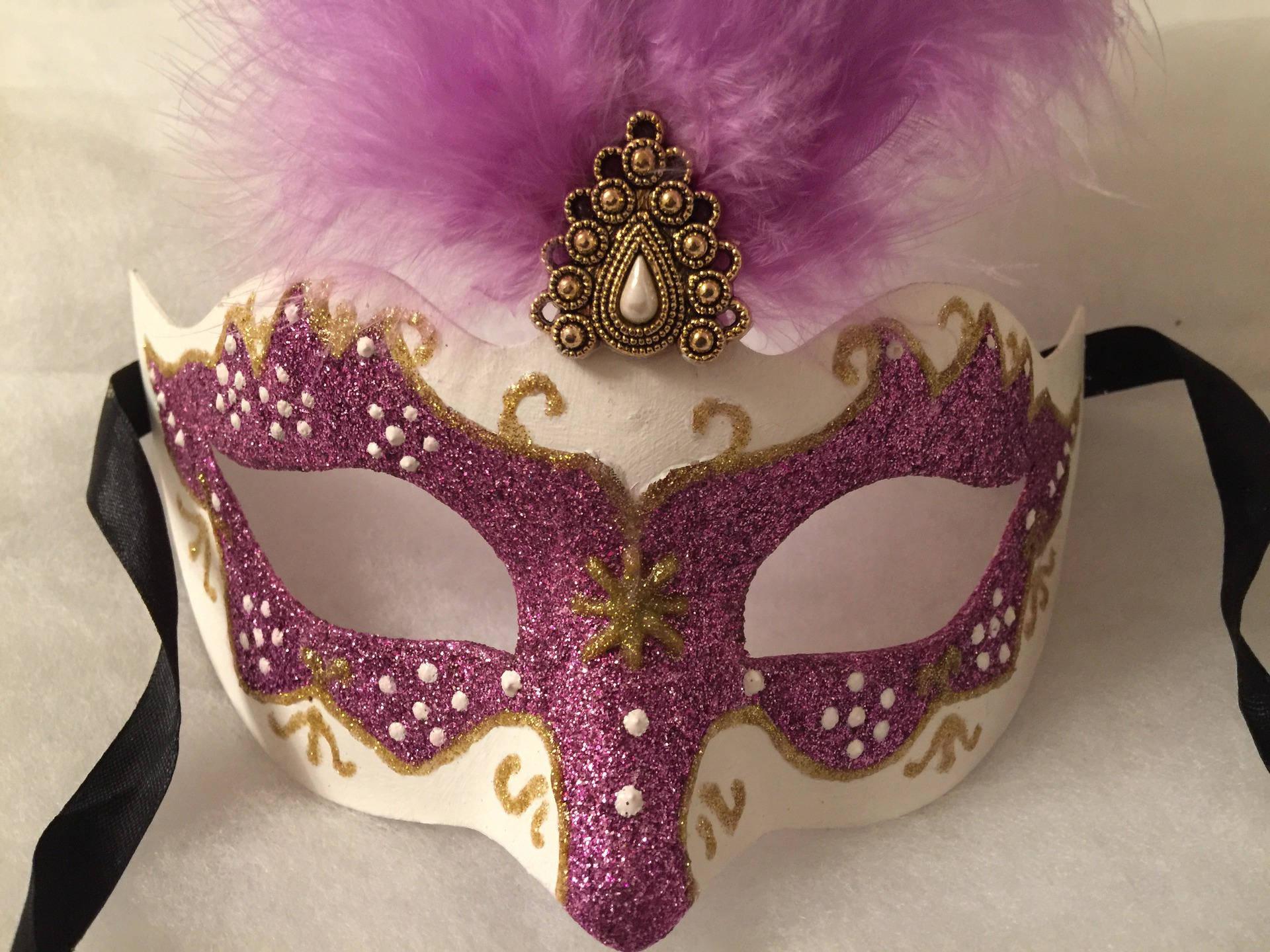 Masque venitien carnaval violet et dore plumes d'autruches